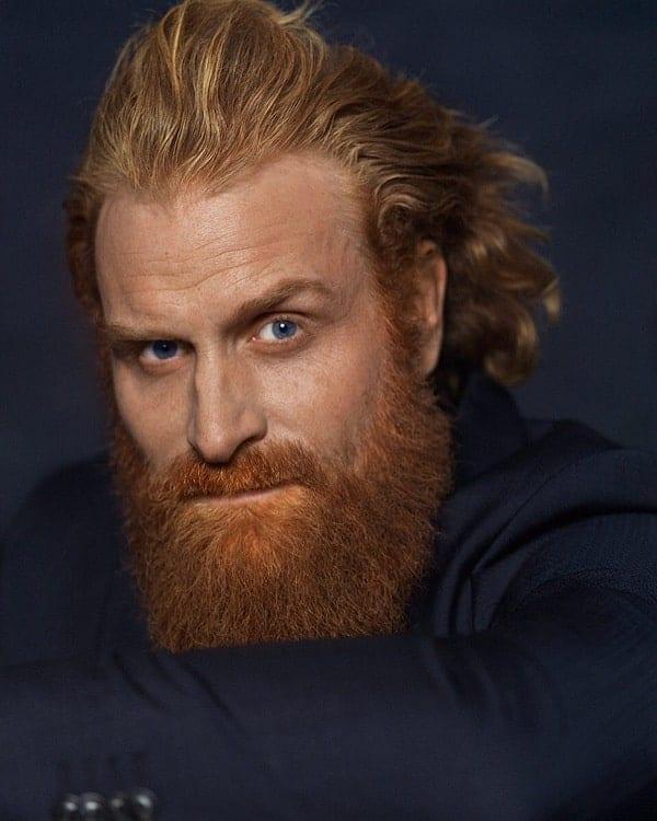 actor con pelo rojo y barba