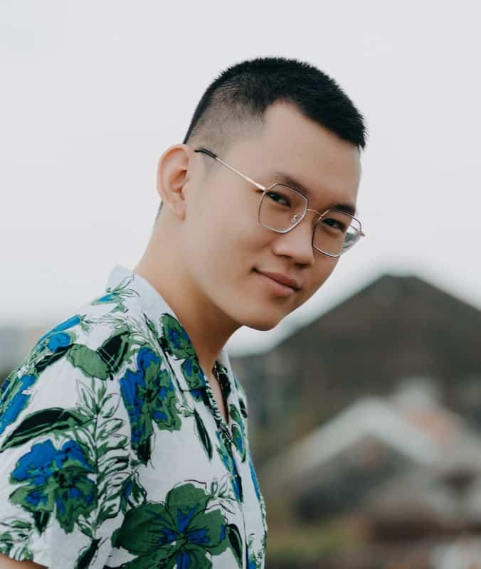 Los hombres asiáticos cortan el zumbido