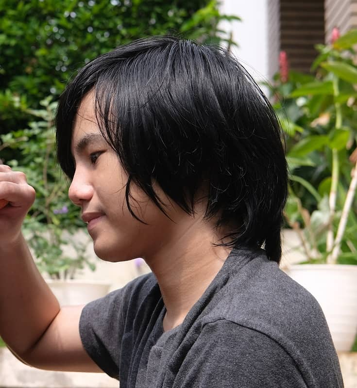 Adolescente asiática con pelo largo