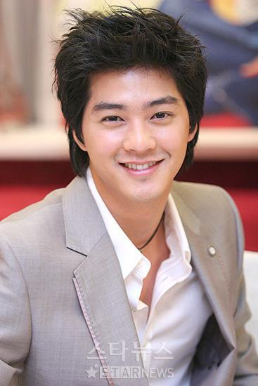 Photo of Kim Ji-Hoon textured hairstyle.