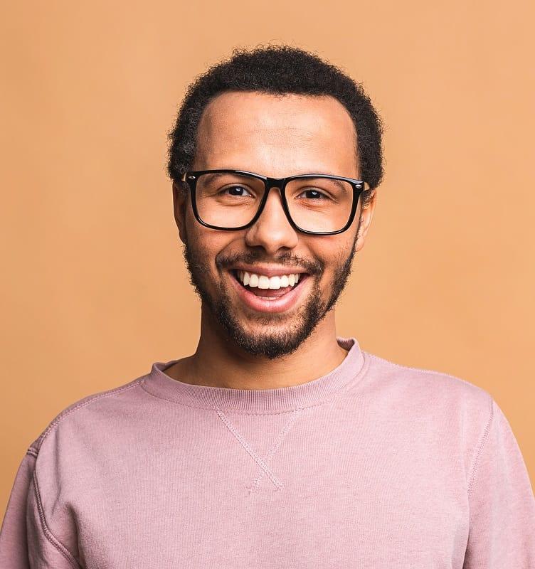 Corte de pelo de piel clara para hombres con gafas.