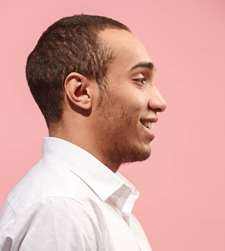 Corte de pelo muy corto de piel clara para hombres