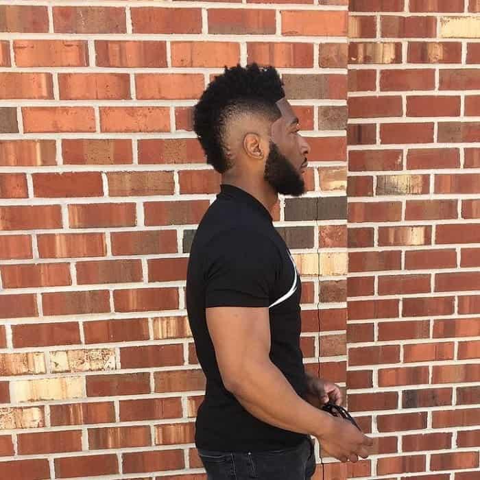 Hombre negro con mohawk rizado