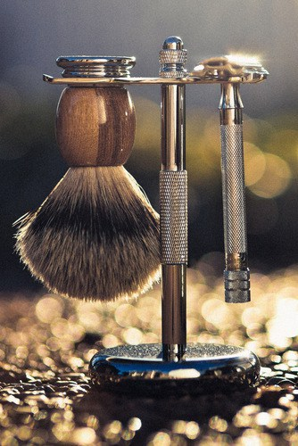 Picture of Colonel Conk stand with Parker silvertip badger brush and Merkur model 180.