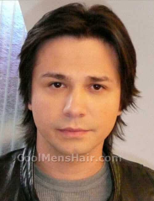 Freddy Rodriguez shaggy hairstyle for men with round face.