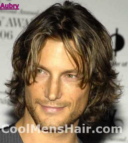 Photo of Gabriel Aubry wavy hairstyle for men.