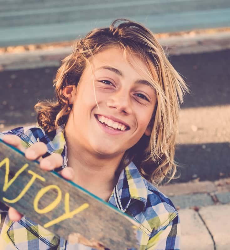 peinado largo y rubio para chicos adolescentes