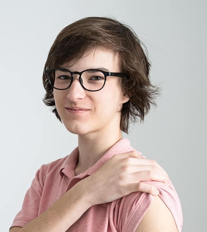 chico adolescente de pelo largo con gafas