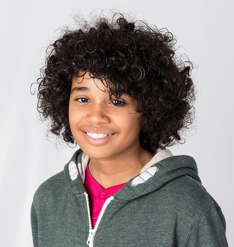 adolescente con pelo largo afro