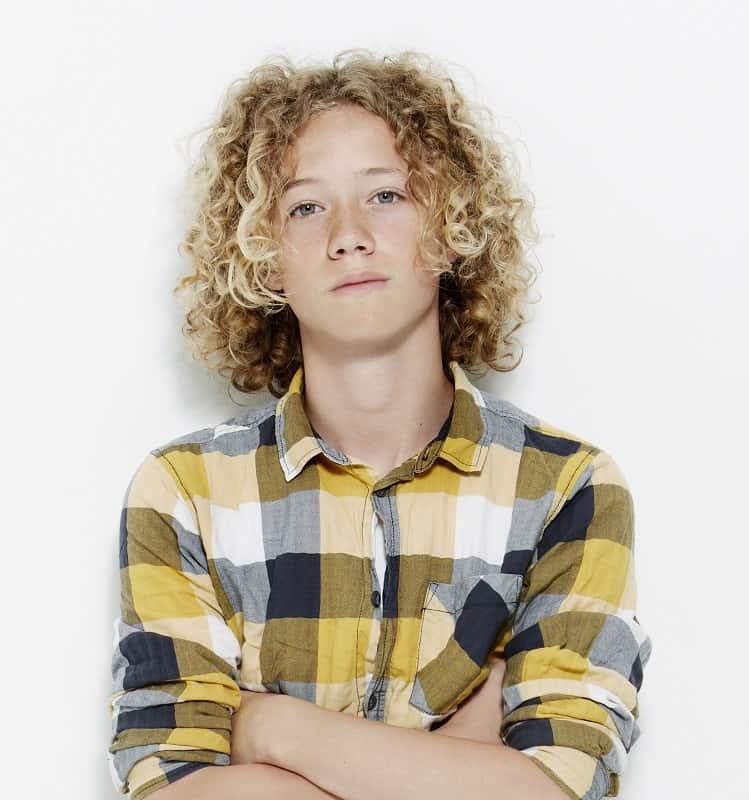 pelo largo y rizado de adolescente